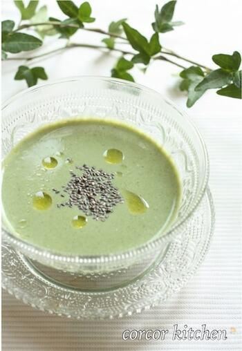 モロヘイヤのグリーンが綺麗な冷製スープ。モロヘイヤの葉と豆腐、調味料をミキサーにかければあっという間に出来上がり!おもてなしにも使えそうですね。