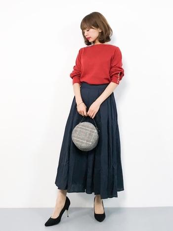 ネイビーのスカートには、秋らしいカラーのトップスが映えます!オレンジ、ベージュ、カーキなども合いますよ。アクセントになる小物があると、よりおしゃれに。