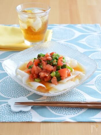 ピーラーで薄くスライスした長芋がリボンのように見えるサラダ。厚く切ったりすりおろしたりした長芋とは違う食感を楽しめます。同じくねばねば食材のオクラや、ビタミンたっぷりのトマトものって彩りが綺麗!