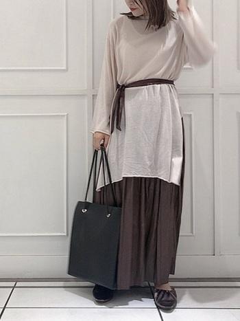ブラウンのきれいめスカートは、ビッグシルエットのシャツをベルトでウェストマークして着こなすとメリハリが出て、ぐっとこなれた印象に♪