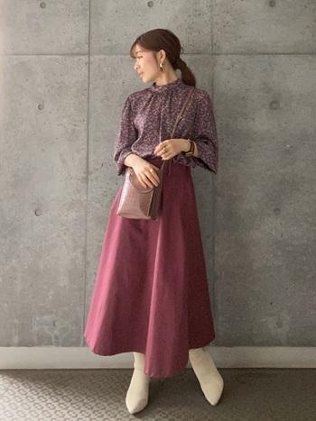 秋冬にぴったりのボルドーは、ワントーンを意識してみましょう。マットな質感のスカートには、とろみブラウスをチョイス。上下で違う素材を選ぶのがコツです。