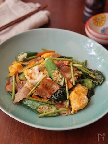 スタミナをつけたい時はこれ!豚バラ肉に卵、野菜と一皿でバランス良く栄養を摂れます。モロヘイヤは加熱することでたっぷり食べられるのが嬉しい。