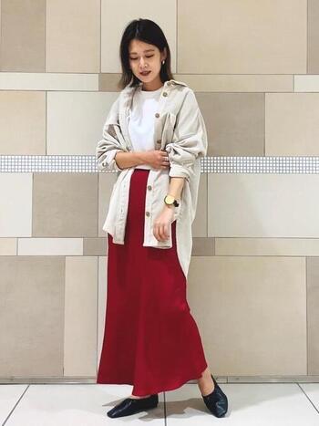シンプルな色使いで、スカートの色を引き立てるコーデ。オーバーサイズのアウターを合わせる時は、襟を抜いて着たり腕をまくったりして、首元や手首がスッキリ見せましょう。