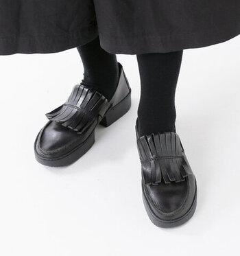 フリンジ付きのローファーは、シンプルな着こなしでもさりげなく個性を出すことができます。スカートの時でもマニッシュすぎずに決まる可愛さが魅力です。