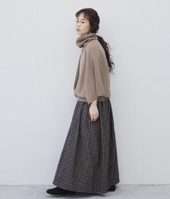 ギンガムチェックのスカートは、大人ガーリーな印象に。ワントーンやグラデーションになるよう組み合わせましょう。ゆったりトップスと合わせた、息抜き休日スタイルにぜひ。