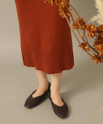 スクエアタイプのパンプスは今年の人気アイテム。秋色カラーを選べば季節感もアップします。タイトスカートと合わせるとカジュアルの中にもエレガントで大人っぽいコーデに仕上がります。