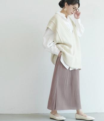 タイトなシルエットがきれいなリブスカートは、ゆったりめトップスと合わせて肩の力を抜いてみて。首元と足元はスッキリ見せて、女性らしい印象に。