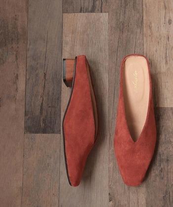 低めながらもヒール付きなら脚長効果があります。ウッド調のデザインとテラコッタカラーで、どこかレトロっぽさを感じるデザインは、ワンランク上のコーデに格上げしてくれます。