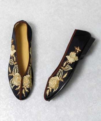 伝統的な刺繍が施されたチャイナシューズは、個性的でありながらも上品さがあるので、シンプルコーデのアクセントにおすすめです。トレンドのシースルーシャツワンピとも相性◎センスアップのアイテムとして履きこなしましょう。