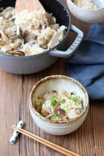 お鍋で作る優しい味わい♪炊飯器より短い時間で仕上がるのもうれしいですね。きのこと米は、混ぜずに炊くのがおいしく仕上げるポイント。おこげも楽しみな一品です。
