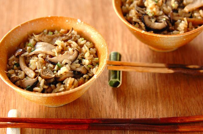 きのこが使い切れない…。そんなときは、冷凍するのがおすすめです。長持ちするだけではなく、加熱後のうま味が増すともいわれています。そんな冷凍きのこを使って作る、炊き込みご飯。食べるとふわっときのこの香りが広がりますよ。もち米が入っているので、食べ応えも抜群です。