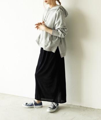 秋冬の定番ベロア素材のスカートは、ゆったり感のあるニットやカジュアルなパーカーと合わせて、カジュアルに着こなしてみましょう。程よい透け感のシアー素材を組み合わせたスカートなら、トレンドもバッチリ!