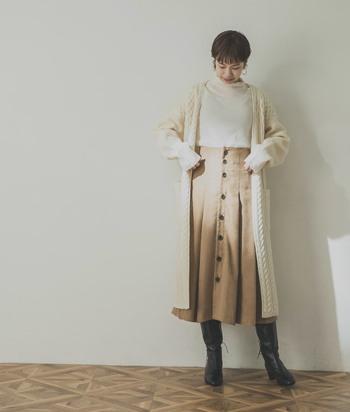 1着で秋らしくなる、フェイクスエードスカート。ブラウスやニット、タイツ、ブーツなど、季節感のある素材と合わせて、秋冬らしくまとめてみてください。
