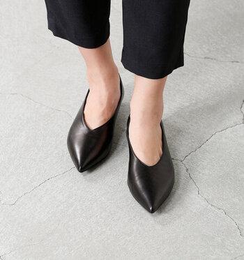 レザーパンプスはエイジレスに履けるので、一足あると重宝します。きちんと感も出るのでオフィスコーデにプラスしても◎ポインテッドトゥでシャープさが都会的な足元を作ります。