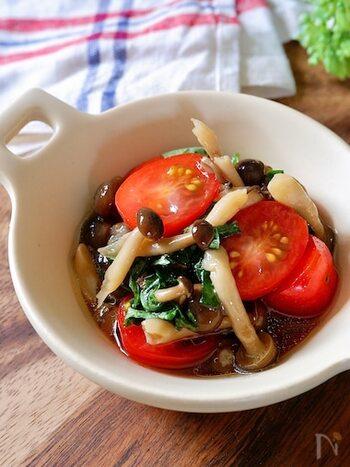 あと一品欲しいときにぴったり♪大葉とトマトを合わせたさっぱりとした一品です。きのこにオイルをかけて加熱することでうま味が引き立ちます。ちょこっとつまみたい晩酌のお供にもいかがですか?