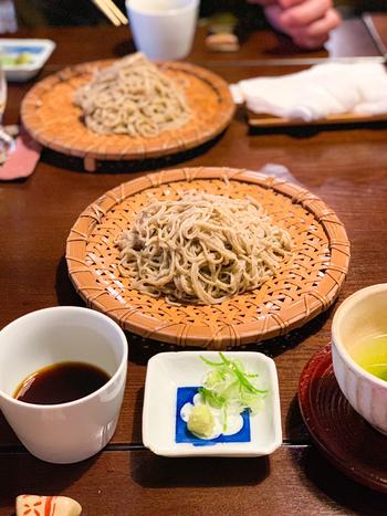 お蕎麦は茨城から有機栽培の玄蕎麦を仕入れ、毎日手臼で挽く手挽きせいろです。ふわりと広がる蕎麦の香りと風味が格別で、特別な日に訪れるファンがいるのも納得のお店です。