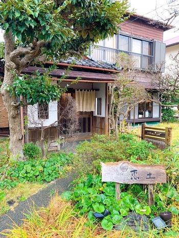 葉山と逗子のなかほどにある「惠土(えど)」は古民家を改築した趣きのあるお店。店主は、立川にある蕎麦懐石のお店「無庵」で修業を積み、その後独立してこの地にお店を構えました。