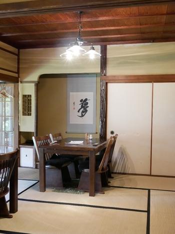 広い縁側や掛け軸があるお座敷は、田舎に帰ったようなどこか懐かしい雰囲気。テーブル同士の間隔にゆとりがあるので、ゆったりと過ごせますよ。