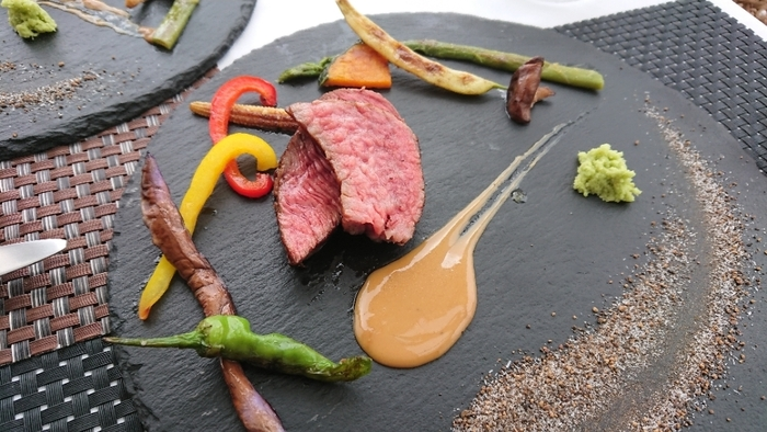 メインに葉山牛のステーキはいかがでしょうか?葉山牛は、お米や豆腐粕などを自家配合した独特の飼料で育てているため、甘みが強いのが特徴。脂身は口に入れた瞬間溶け出すほどまろかや。高級感のあるレストランですが、決して敷居は高くないので、カジュアルな気分で地元の味を堪能してくださいね。