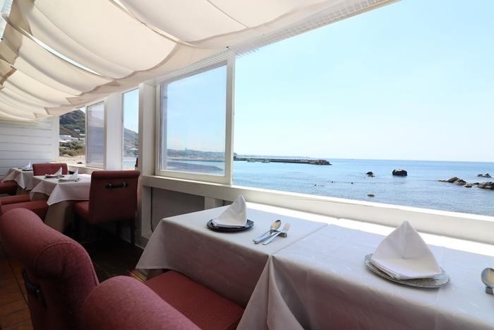 テラス席は、すべて海に面していてラグジュアリー感たっぷり。海を眺めながらゆっくりお食事を楽しめます。