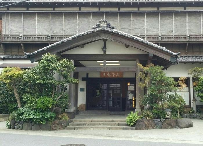 江戸中期から葉山で続く老舗日本料理といえば「葉山日影茶屋」。大正時代に建てられたこちらの母屋や、昼は菓子補で夜はバーとして使われている石蔵は、重要文化財に指定されています。歴史を感じながら過ごしてみましょう。