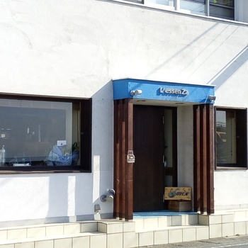 「L'essen Za Hayama(レッセンツァ 葉山)」は、真名瀬(しんなせ)海岸沿いにあるイタリアンレストラン。真っ白な壁に青いファサードの外観が印象的です。