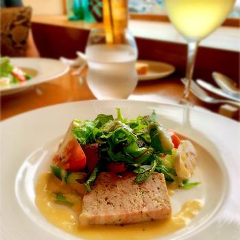 ランチは品数の違うコース2種類。どちらのコースでもいただける前菜は、繊細な味付けと盛り付けが大人好み。ワインのお供にもぴったりですよ。