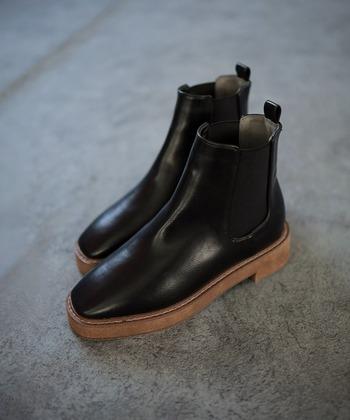 底が厚いプラットフォームタイプのブーツは、スタイルアップ効果があるので背が低めな人におすすめです。すらりとした印象にみせてくれるアイテムなので、パンツスタイルやタイトなスカートのコーデにおすすめ♪