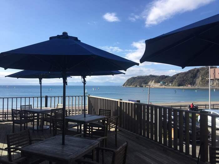 逗子海岸を一望できるテラス席。青空と水平線のコントラストを眺めながらのランチは、リフレッシュできそうですね。