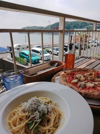 パスタまたはピッツァとサラダのシンプルなセットから、前菜やメインをプラスするボリューミーなものまで、3種類のランチがいただけます。手前のパスタは「しらすとロメインレタスのペペロンチーノ」で、湘南名物のしらすをたっぷり使用。素材の味を活かした調理にこだわっていて、絶妙な塩加減が評判です。  イタリア直輸入の石窯で焼き上げるナポリピッツァも、ぜひ食べてみてくださいね。
