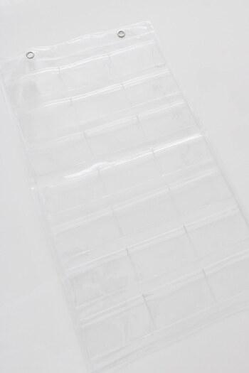 セリアのウォールポケットと言えば、透明タイプが人気です。シンプルなデザインなので、どんなお部屋にも使いやすい◎アクセサリーやカードなど、見せる収納を楽しみたい小物の収納におすすめです。