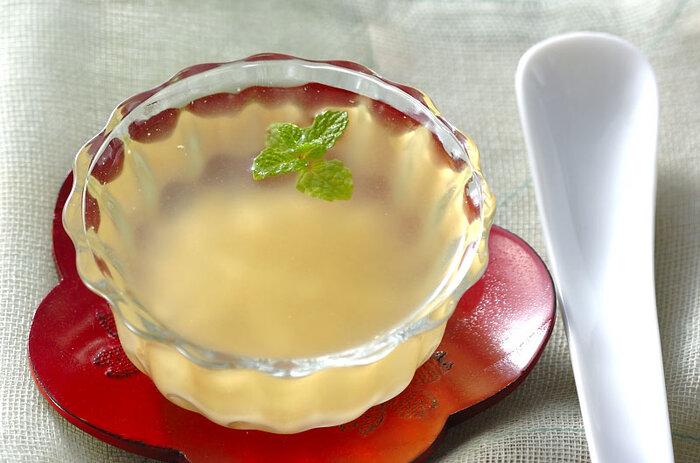 ゆずジャムや果汁を使って、簡単でできる爽やかゼリー。柔らかな口当たりで、とろける美味しさ。洋食・和食問わず、食後のデザートにもよさそうですね。