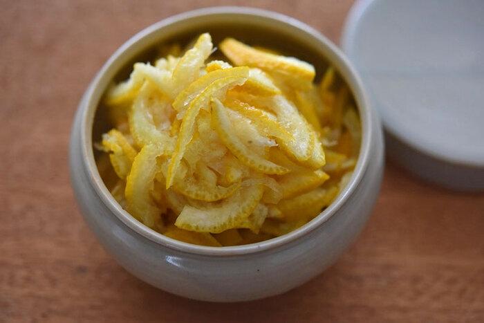 ゆず果汁を搾ったあとの皮を刻んで砂糖などを合わせる「柚子練り」。一般的には、甘みをつけて火を通しますが、こちらは火を通さないレシピ。お茶うけにしたり、料理に混ぜたり、いろいろ使えます。