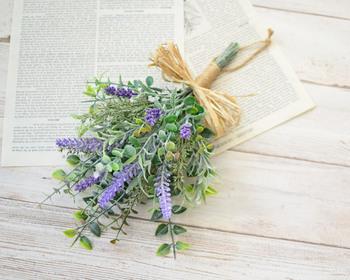 アーティフィシャルフラワーは、花をリアルに再現した造花の一種。お手入れもラクで、ドライフラワーより長く楽しめるのがメリット。こちらは、ラベンダーとユーカリが爽やかな作り方の説明書付きのスワッグキットです。