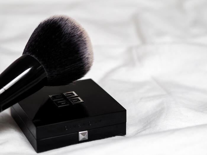 リキッドファンデーションを薄く伸ばしたら、フィニッシングパウダーで更に密着させ、メイク崩れを防ぎます。色のないお粉(白や明るい色味のもの)は、マスクへの色移りが軽減されます。お粉は油分を含まないものが多いため、汗や皮脂を吸着し、メイクのヨレを防ぎます。