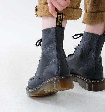 職人さんの手作業でひとつひとつ丁寧に生み出されるドクターマーチン(Dr.Martens)の靴は、長く履き続けられる耐久性の良さがまずは一番の魅力ですよね。