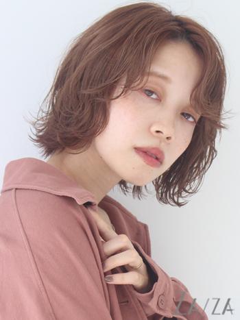 ピンク系のカラーはツヤ感が出やすく、顔色も明るく若々しく見せてくれます。外ハネのウェーブで大人っぽい印象を出して、前髪も外ハネにして流すことで、目尻のたるみをカバーしつつリフトアップ効果を狙って。