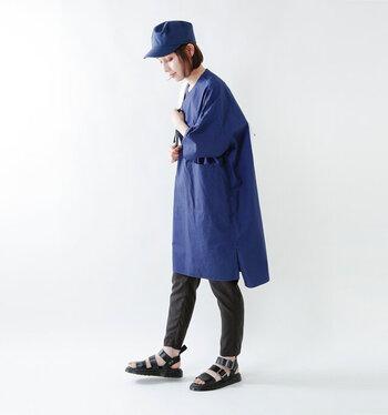 スポーツミックステイストなのに、きれいに足に沿ってくれるグリフォン。履きこむほどに深い艶を生むプルアップ・アナリン・レザーを使用しています。  すっきりとしたスリムパンツに合わせると、どっしりとした安定感のある足元が実現できますね。  素足で履くと、晩夏から秋口にかけての季節の移行期にもおすすめの一足。