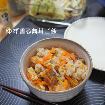 野菜やきのこなど具材たっぷりの炊き込みご飯。醤油麹がしみじみとした深い味わいを醸し出します。ゆずをあしらって、香り豊かに召し上がれ。