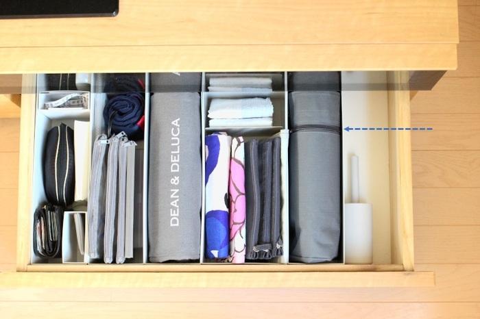 テレビ台の引き出しには、エコバッグなどのお出かけセットを。無印のファイルボックスに立てて収納しています。細々したもの意外と困るバッグ類もファイルボックスに収納すれば広がらずにすっきり収納できますね。