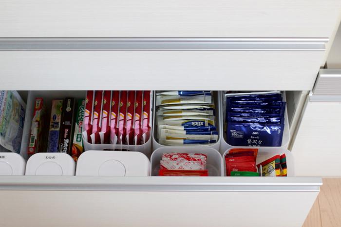 シンク下の引き出しに食品を収納。ダイソーの積み重ねボックスを使って細かく整理しています。立てることで取り出しやすく、在庫管理もしやすいのもポイントです。