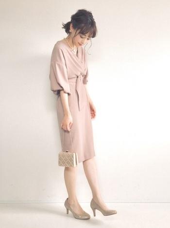 可愛らしい印象になりやすいピンクは、タイトめのスカートで甘さを抑えましょう。胸元や袖口はゆったりボリュームがあると良いです◎とろみのあるシルエットで大人の余裕を感じさせます。
