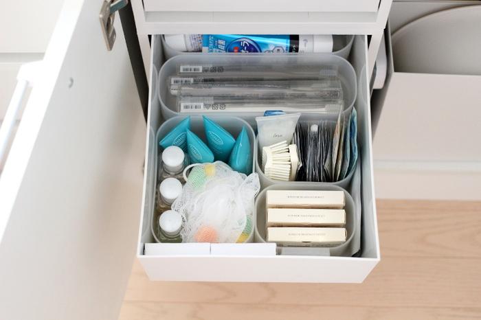 開き戸タイプの洗面台下に、無印の「ポリプロピレンケース・引出式」を使ったアイデア。 引き出しには、同じ無印の「ポリプロピレンメイクボックス」シリーズを組み合わせて仕切りにしています。歯ブラシや試供品などの細々としているものもスッキリ整理できていますね。