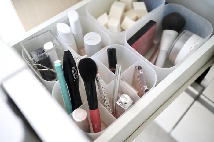 メイク道具を無印のメイクボックスに立てて収納。仕切りがあるケースを使えば、細長いペンシルやブラシを立てて置くことができます。取り出しやすくて使いやすいので、朝の支度もはかどりそう♪