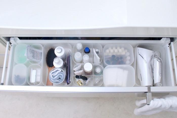 洗面台下の長くて広い引き出しには、無印のメイクボックスで仕切りを。フタつきのものや仕切りのあるメイクボックスを用途別に使い分ければ、スッキリ整理できます。フタつきのものは綿棒やコットンなどを入れて、ほこりが付きにくく衛生的にも◎