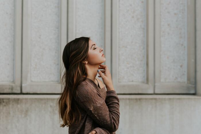 30代に入った頃から、急に目立つようになった頬の毛穴の開き。「帯状毛穴」はどのようなことが原因でできてしまうのでしょうか。