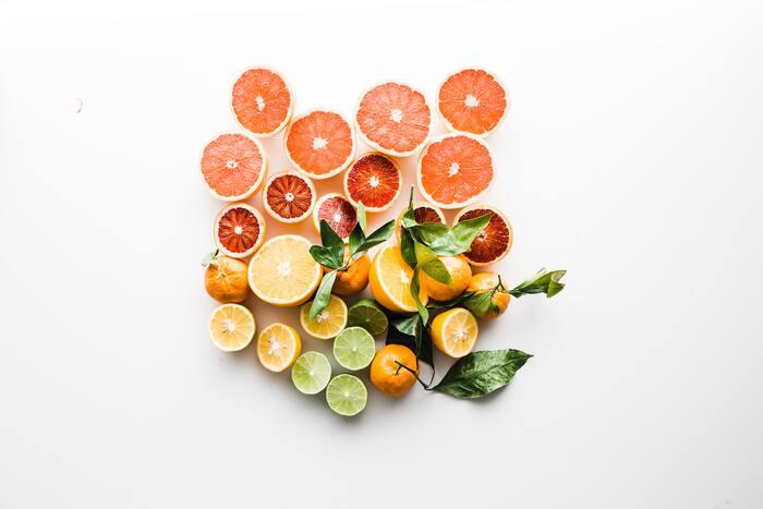 ハリのある肌を保つために、コラーゲンが多く含まれる食品を摂取するようにしましょう。コラーゲンを含む主な食品は手羽先や鶏の皮、フカヒレ、ウナギ、魚の皮などが挙げられます。またビタミンCはコラーゲンの生成を促す働きをしてくれます。レモンや、イチゴ、キウイなど、ビタミンCが多く含まれる食品も併せて摂るようにしましょう。