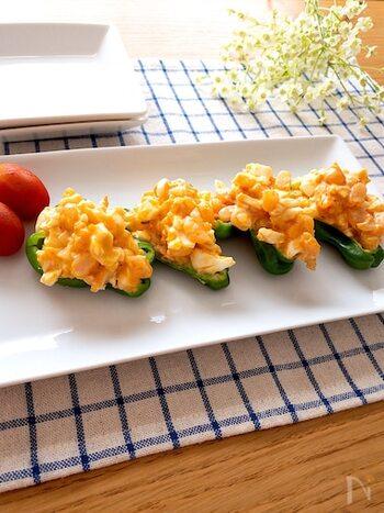 海老と卵を和えたサラダをピーマンカップに乗せて頂くレシピ。チリソースをサラダに加えれば、おつまみにもぴったりです。取り分けが楽なので、おもてなしの前菜にもおすすめ♪