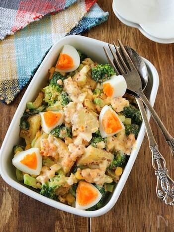 じゃがいもとブロッコリー、コーンを混ぜた卵サラダ。卵をたっぷり使うのでお箸がとまらないおいしさに。子供もたくさん食べてくれそうですね。