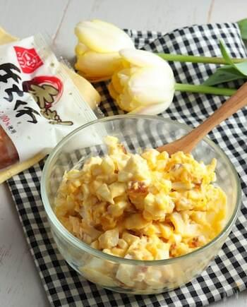 ちくわと卵を混ぜるだけの簡単サラダのレシピ。忙しい時や、冷蔵庫の中身が寂しい時におすすめです。味付けはヨーグルトとマヨネーズだけのシンプルさも魅力。